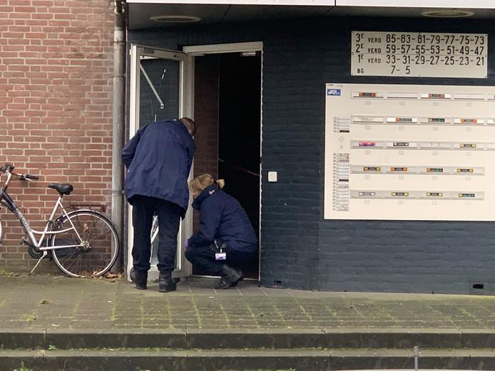 De politie doet onderzoek nadat een zwaargewonde man gevonden werd op de Generaal Reyndersweg in Eindhoven. Het slachtoffer overleed later aan zijn verwondingen.