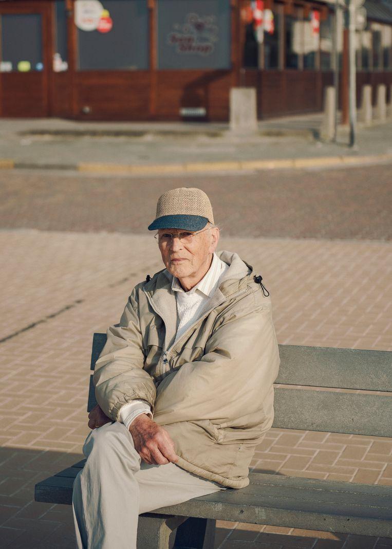 Willy was vroeger professor in Leuven. Hij komt uitwaaien aan de zee. Beeld Tim Coppens