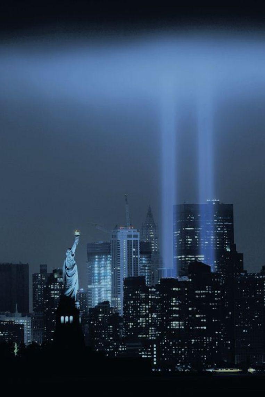 'Tribute in Light': twee lichtbanen tegen de hemel van New York, ter herinnering aan de Twin Towers en 9/11. Beeld afp