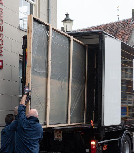 De 'Nachtwacht van Amersfoort' is vervoerd naar nieuwe locatie: 'Appeltje, eitje'