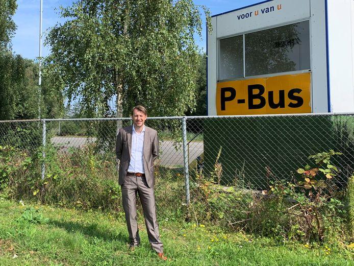 Wethouder in Ouder-Amstel Willem Jansen op evenementenparkeerterrein P-Bus. De plek waar, mits de plannen doorgaan, de circa 540 flexwoningen worden gebouwd.