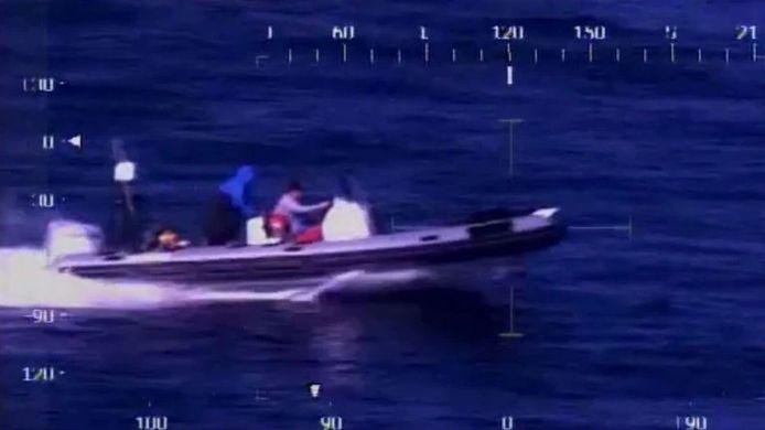 Politiebeeld van rubberboot die wordt achtervolgd door de Australische marine