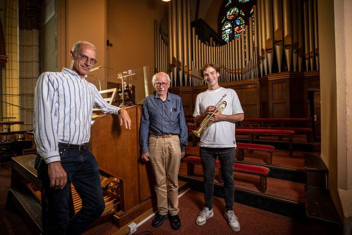 Organist Louis ten Vregelaar, medeorganisator Hans van Dam en trompettist Sebastiaan Haverkate zijn zo goed als klaar voor de spectaculaire uitvoering van 'Ouverture 1812' van Peter Tsjaikovski.