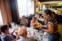 Tijdens de verkiezingen in zorgcentrum Den Bleek schoven bewoners en buurtbewoners aan tafel voor een hartige lunch.