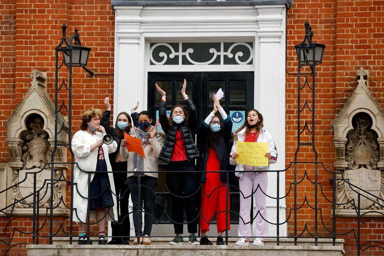 Leerlingen van de Highgate School in Londen protesteren tegen de cultuur van seksueel geweld. Beeld REUTERS
