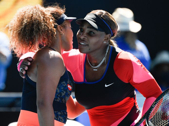 Naomi Osaka (l) wordt gefeliciteerd door Serena Williams.