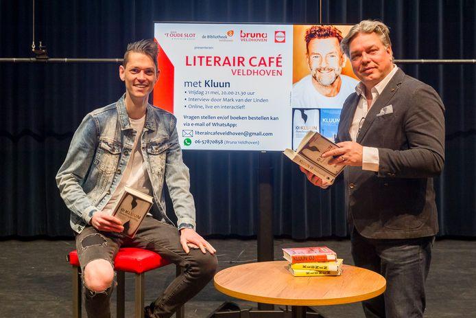 Schalmdirecteur Sjoert Bossers (rechts) en Mark van der Linden van bibliotheek Veldhoven.