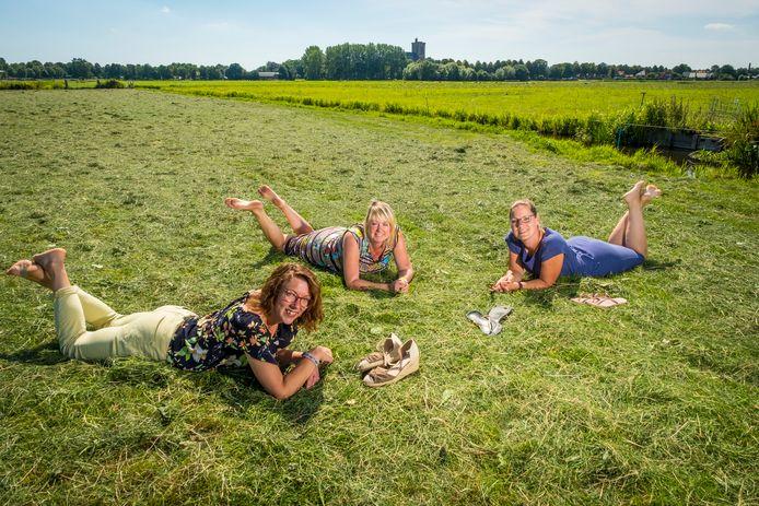 Van links af Hanneke Bakker, Mirjan Kranenburg en Linda Withaar. De Elburger vrouwen onderzoeken de mogelijkheid voor een ontmoetingsboerderij, met kernwoorden als ontmoeting, educatie, respect voor de natuur.
