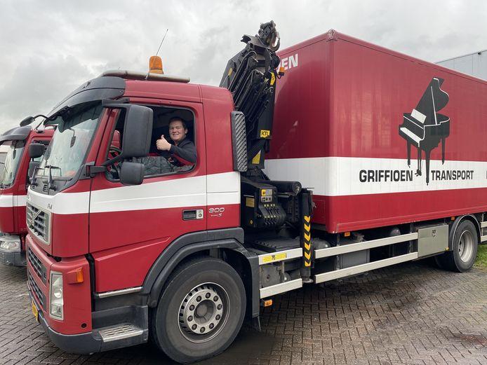Richard van Amsterdam in een vrachtwagen van Griffioen Transport in Bodegraven.