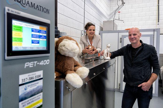 Petra en Jan Kelders van dierencrematorium Novio in Nieuwkuijk. Het crematorium resomeert dode huisdieren met warm water. De knuffel van het dier dat wordt geresomeeerd, houdt de wacht.