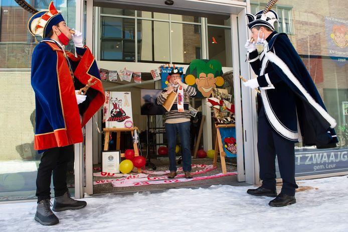 Prins Thomas III (l) van Etten en prins Carolus I van Leur nemen samen met Piet Paantjes van de heemkundekring een neutje bij de opening van de carnavalsexpo in het voormalige Rabobankgebouw op het burchtplein.