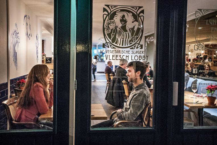 Gasten in het restaurant De Vegetarische Slager. Beeld Guus Dubbelman / de Volkskrant