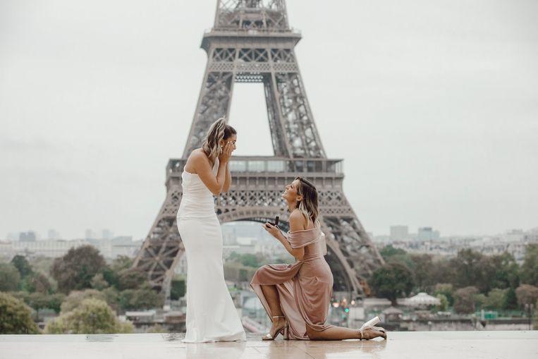 Kate Austin ging tijdens een fotoshoot voor de Eiffeltoren plots op haar knie, vriendin Sarah Sulsenti had duidelijk geen flauw vermoeden dat er een aanzoek zat aan te komen.