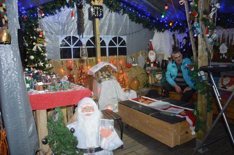 In de kerstkroeg kunnen bezoekers van het kersdorp iets gaan drinken.