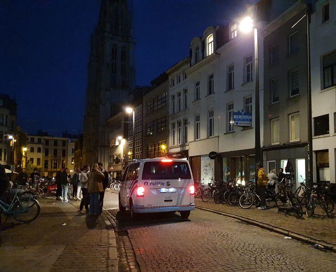Een politiecombi rijdt voorbij op het Mechelseplein.