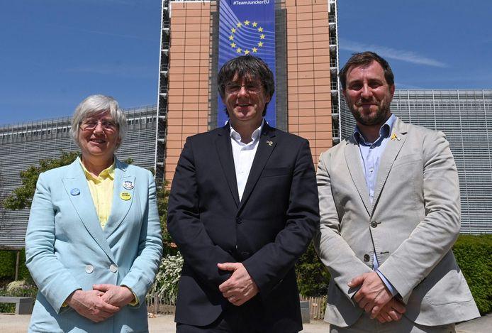 Clara Ponsati met Carles Puigdemont en Toni Comin voor het Europese hoofdkwartier in Brussel