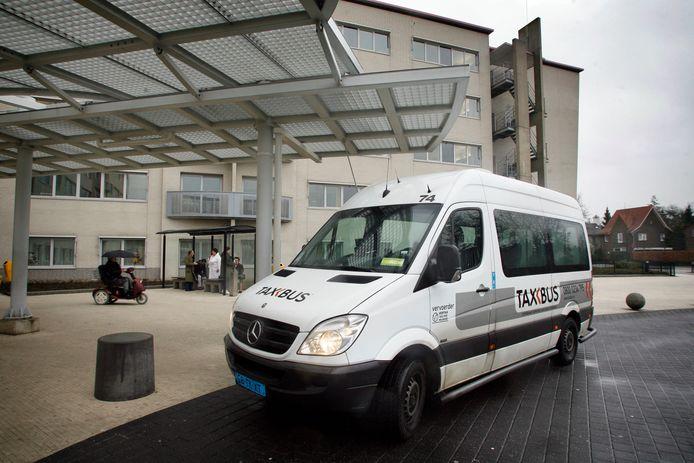 Taxbus van Cibatax bij Elkerliek ziekenhuis in Helmond (archieffoto)