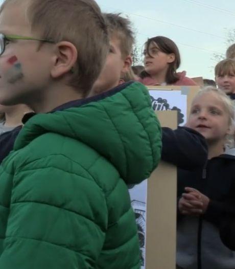 Protest bij omstreden asfaltcentrale in Nijmegen: 'Wij worden doodziek van die vieze stinkfabriek'