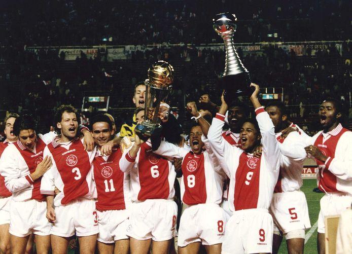 28 november 1995: Ajax viert de winst van de wereldbeker. Links Danny Blind, met onder meer de nu weer in Amsterdam werkzame Marc Overmars, Edwin van der Sar en Winston Bogarde (5).