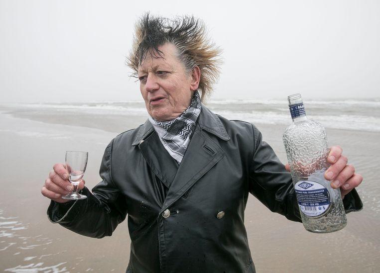 """Organisator Rob Schrama: """"In de jaren zestig gooide Wim T. Schippers een flesje cola leeg in de zee. Dan kunnen we beter toasten met Hollandse jenever.""""  Beeld Amaury Miller"""