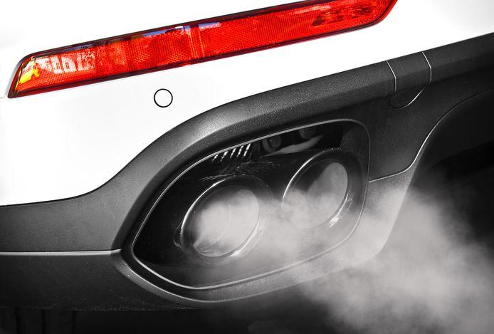 Uitlaatgassen van een auto, foto ter illustratie.