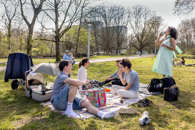Willem met familie in het Rembrandtpark. Beeld Jean-Pierre Jans