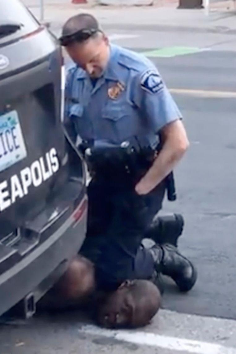 Beeld uit de video van de dood van George Floyd. In beeld is een agent te zien met zijn knie op de nek van George Floyd. Beeld AP