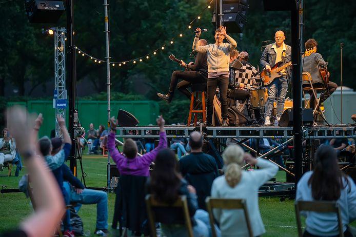 Palm Parkies in 2020 in het Vrouwenhofpark te Roosendaal. De Handsome Poets treden op. Het publiek zit in bubbels (cirkels in het gras) waar ze niet uit mogen.