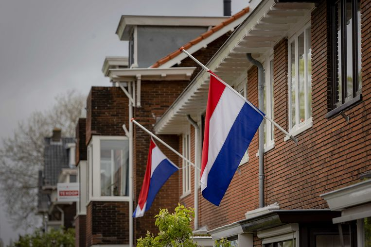 Vlaggen hangen halfstok als teken van eerbied en respect voor oorlogsslachtoffers op de dag van de Nationale Dodenherdenking.  Beeld ANP