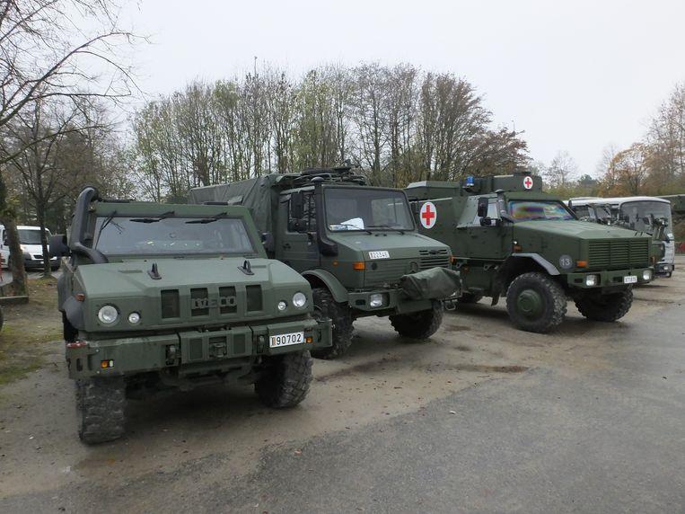 Er zijn al enkele legervoertuigen te bewonderen op de parking van de Brielpoort.