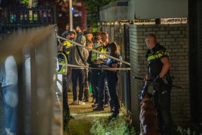 De politie heeft voor duizenden euro's aan muziekapparatuur in beslag genomen bij een illegaal feest in Deventer.