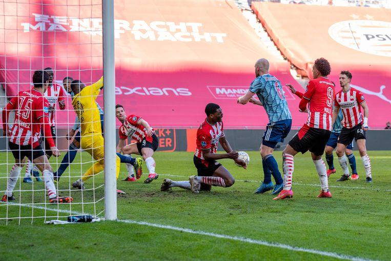 Hét moment van de wedstrijd. Na een inzet van Davy Klaassen keert PSV'er Denzel Dumfries de bal met zijn linkerarm. Strafschop voor Ajax.  Beeld Pro Shots / Jasper Ruhe
