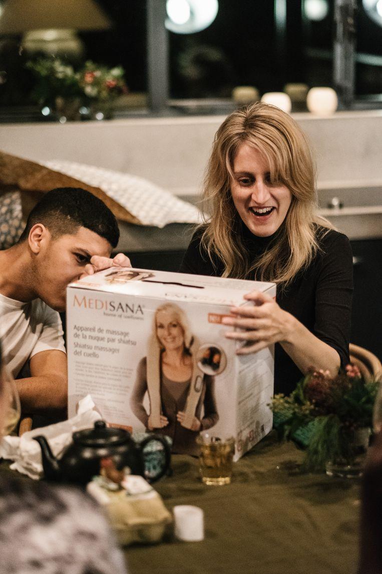 Fien Troch is tevreden met haar massagetoestel voor de nek. Beeld Wouter Van Vooren