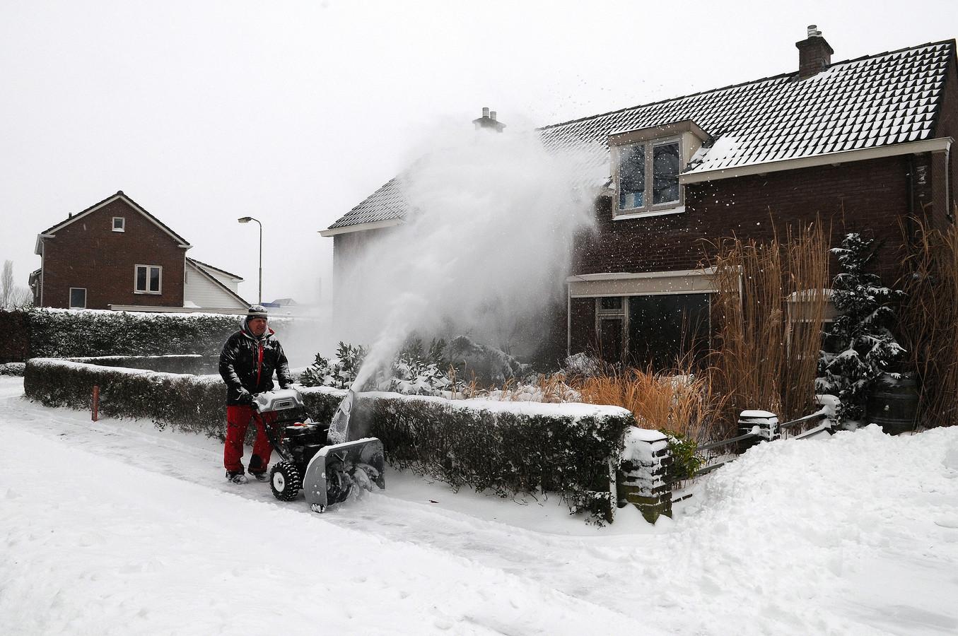 Leden van voetbaclub Loil zijn met een sneeuwmachine op pad in het dorp.