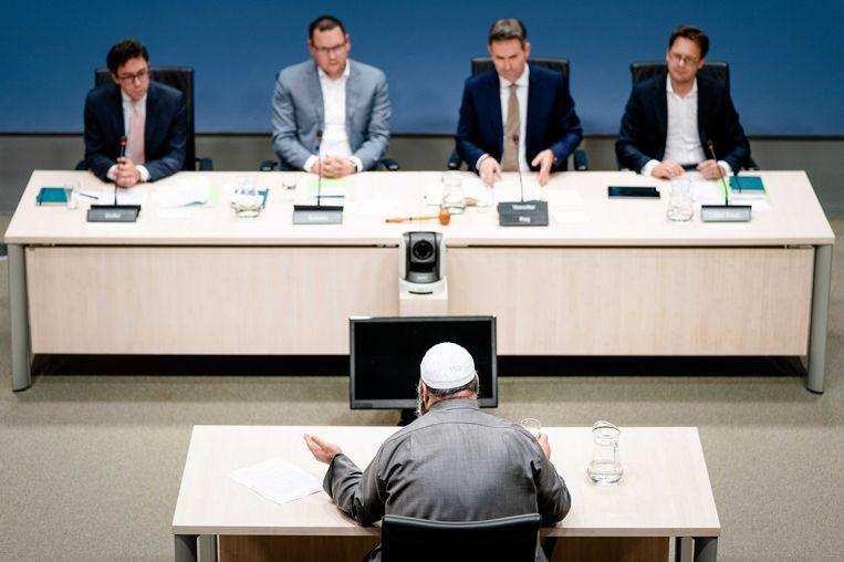 De Utrechtse imam Suhayb Salam tijdens zijn verhoor door Kamerleden in de mini-enquête.  Beeld Bart Maat/ANP