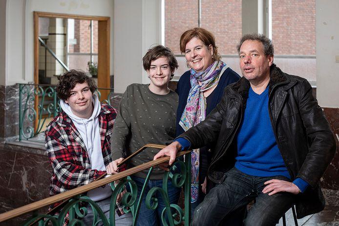 Isabel en Wim met hun zonen Jonas en Boris in het oude schoolgebouw waar Isabel een kantoorruimte huurt.