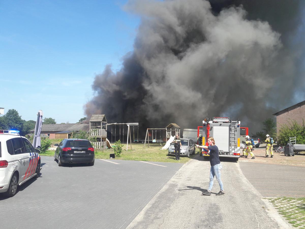 Er komt veel rook vrij bij de brand in Aalten.