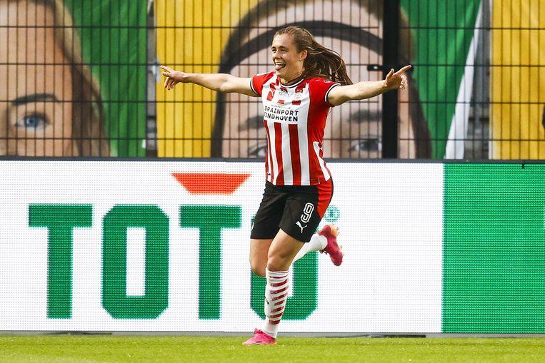 PSV-spits Joëlle Smits viert de enige treffer in de bekerfinale tegen ADO Den Haag. Smits gaat niet mee naar de Olympische Spelen. Beeld ANP