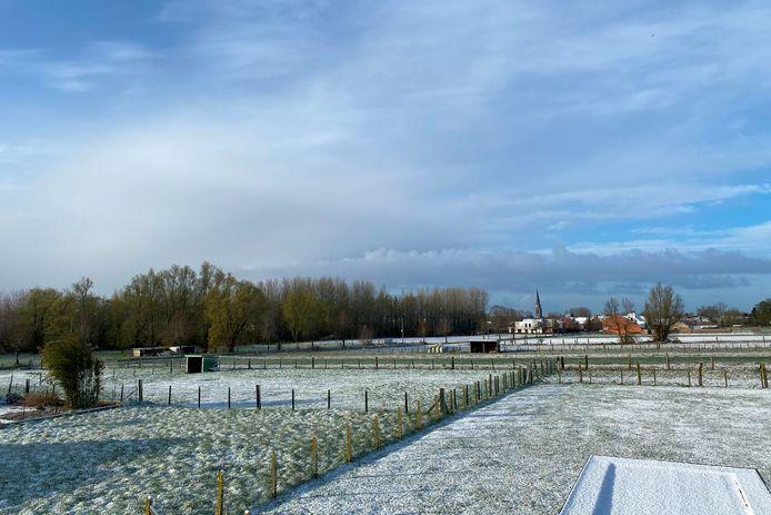 Onder meer in Erpe-Mere kleurde het landschap dinsdagochtend wit.