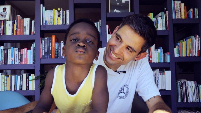 Hannes Coudenys (39) met zijn zoon Rae Morris (5). 'Ik wil de beste papa ever voor hem zijn.' Beeld Dries Vermeulen