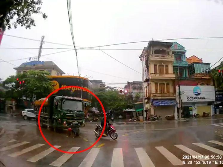 Kijk hoe snelle reflexen van man zijn leven redden bij aanrijding door vrachtwagen