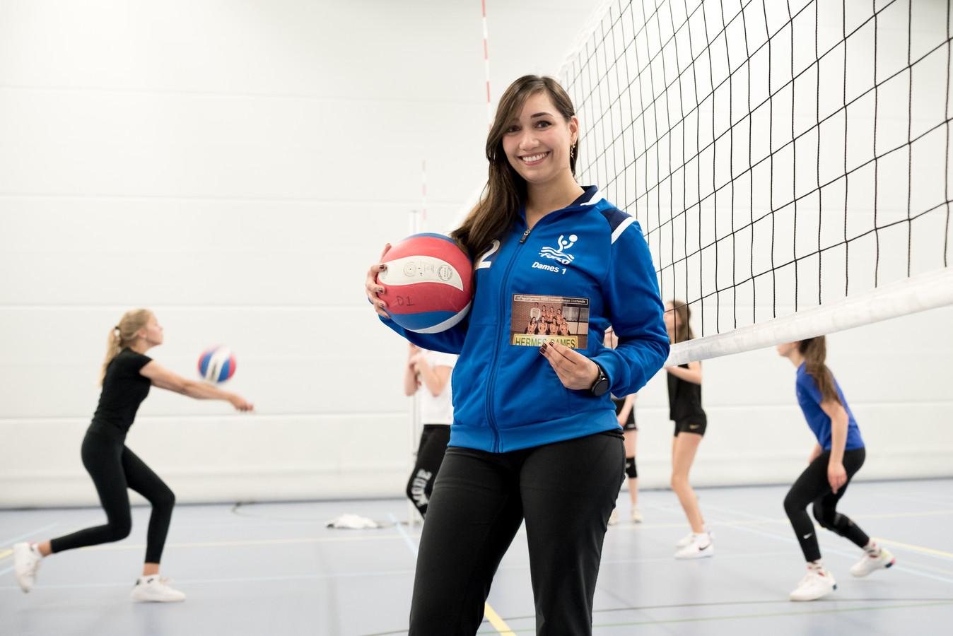 Bonny Leenders van Volleybalvereniging Forza Schouwen-Duiveland vertelt over een oude teamfoto uit haar jeugd.