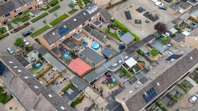 Veel tegels in de tuinen in Genemuiden (gemeente Zwartewaterland).