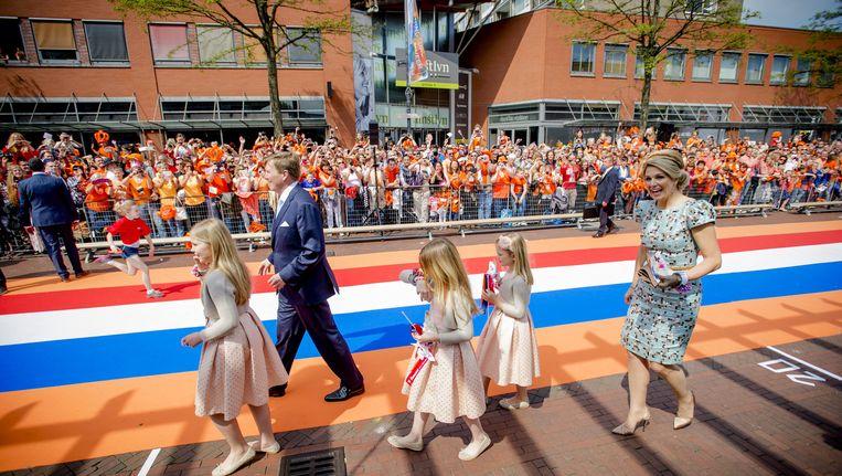 Koning Willem-Alexander, koningin Maxima en hun dochter prinsesjes Amalia, Alexia en Ariane vorig jaar tijdens de eerste Koningsdag in Amstelveen. Beeld anp