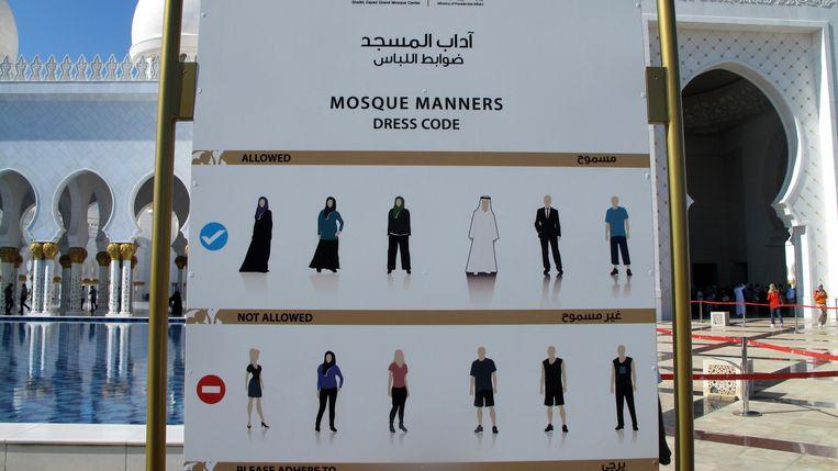 Kledingvoorschriften bij de Sjeik Zayed Moskee. Beeld Iñaki Oñorbe Genovesi