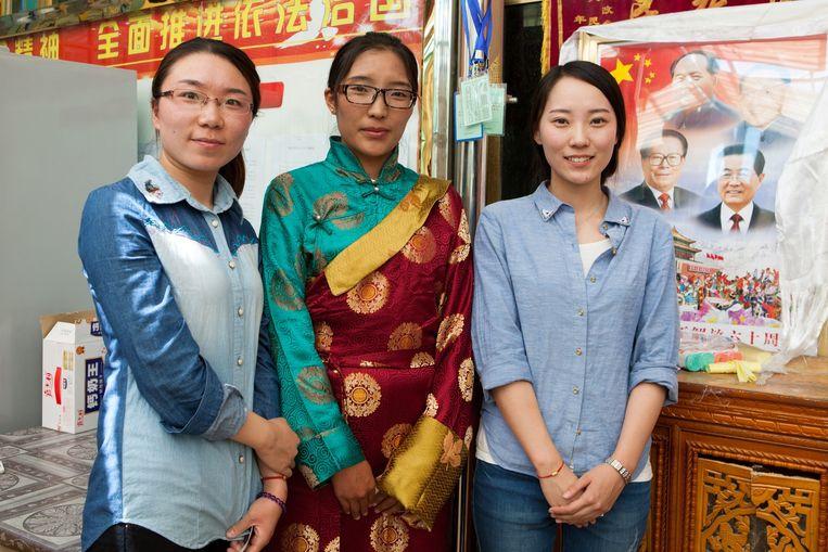 Yixi Zhouma (midden) en Yu Lulu (rechts) met een collega. Beeld Wassink Lundgren