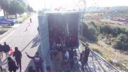 Maar liefst 82 migranten zitten op elkaar gepropt in truck