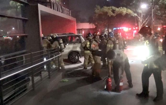 De man stak zijn auto in brand voor de Japanse ambassade in Seoel.