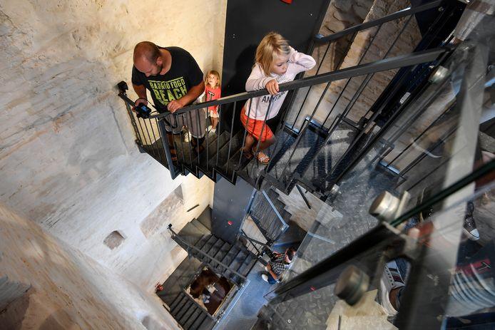 Meer dan honderd trappen moeten beklommen worden om de top van de toren te bereiken.