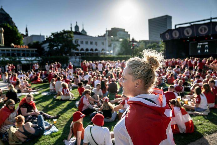 Deense fans komen in Kopenhagen bij elkaar om het duel met Engeland op een groot scherm te bekijken.